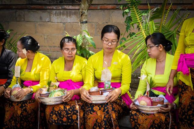Donne alla cremazione hindu-Monkey forest-Ubud-Bali