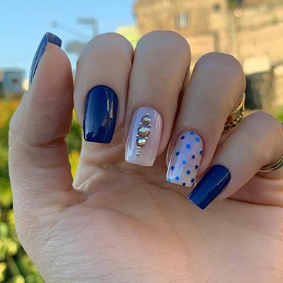unhas com esmalte azul com bolinhas