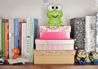 estante de livros com bonecos