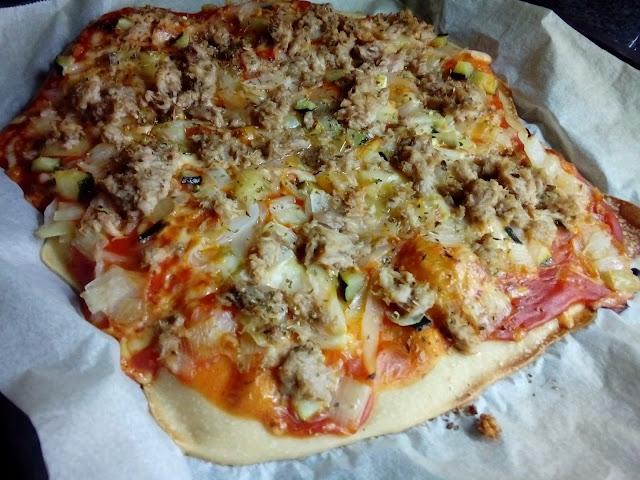 Pizza casera de atún y vegetales (con harina para pizza)