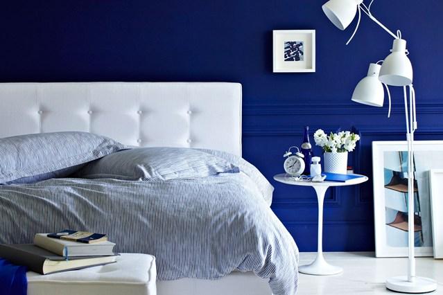 kamar tidur minimalis dengan cat biru tua yang keren