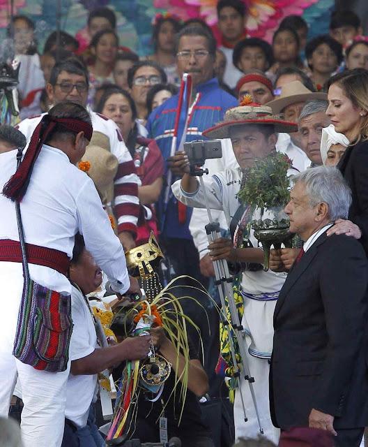 """O presidente eco-comunista do México Andrés López Obrador quis ser investido em cerimônia de """"povos mexicanos originários""""."""