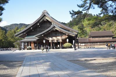 銅鳥居から見る拝殿
