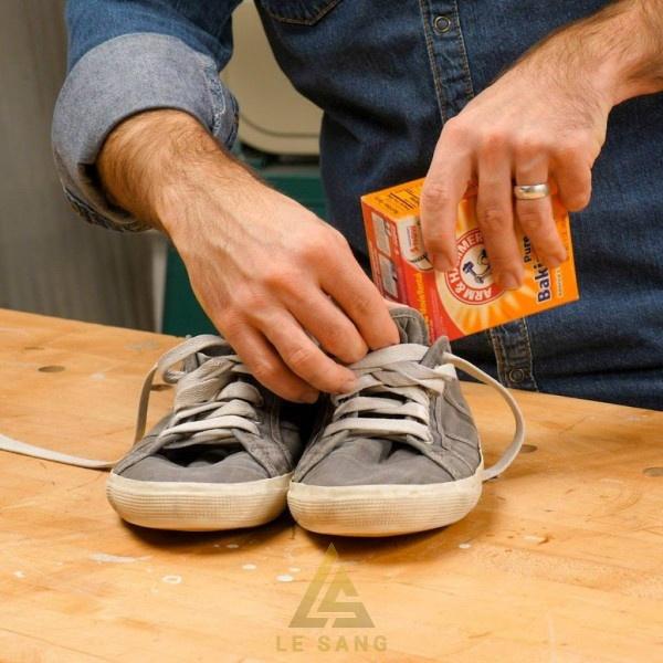 Dùng baking soda cũng là cách làm giày hết hôi