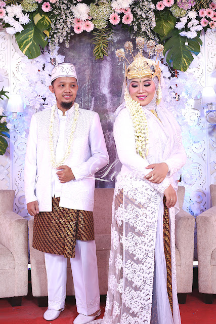 Rias pengantin adat sunda dengan siger dan jilbab