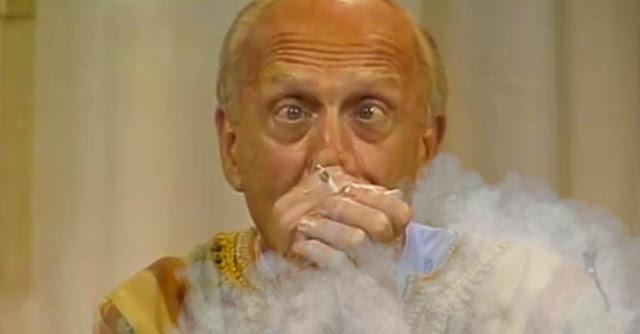 Raimondo alle prese con la cannabis in una puntata di ''Casa Vianello''