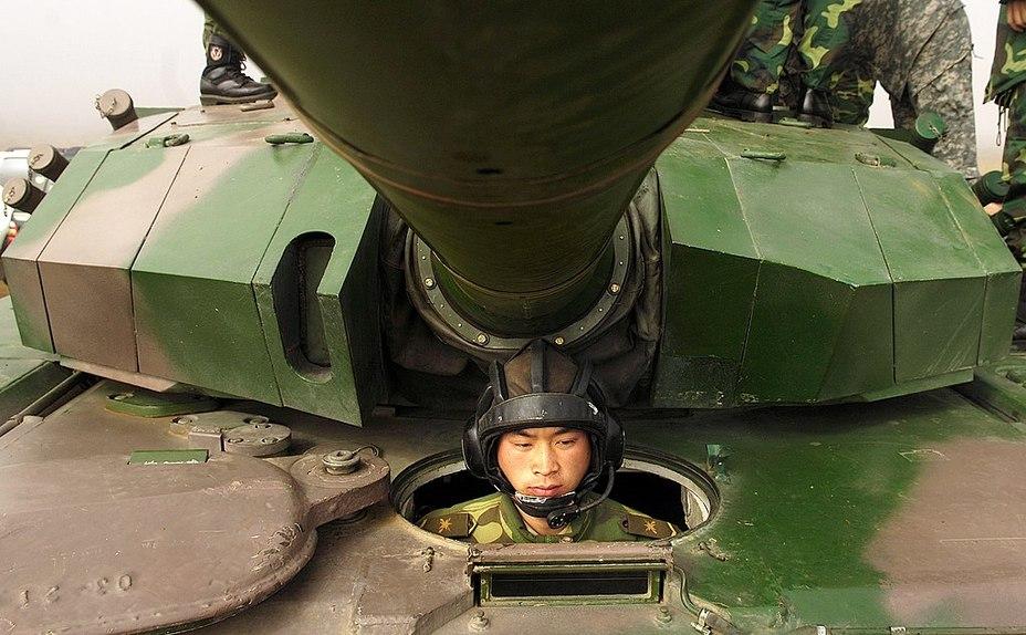 Передня частина башти та робоче місце механіка-водія танка тип 99