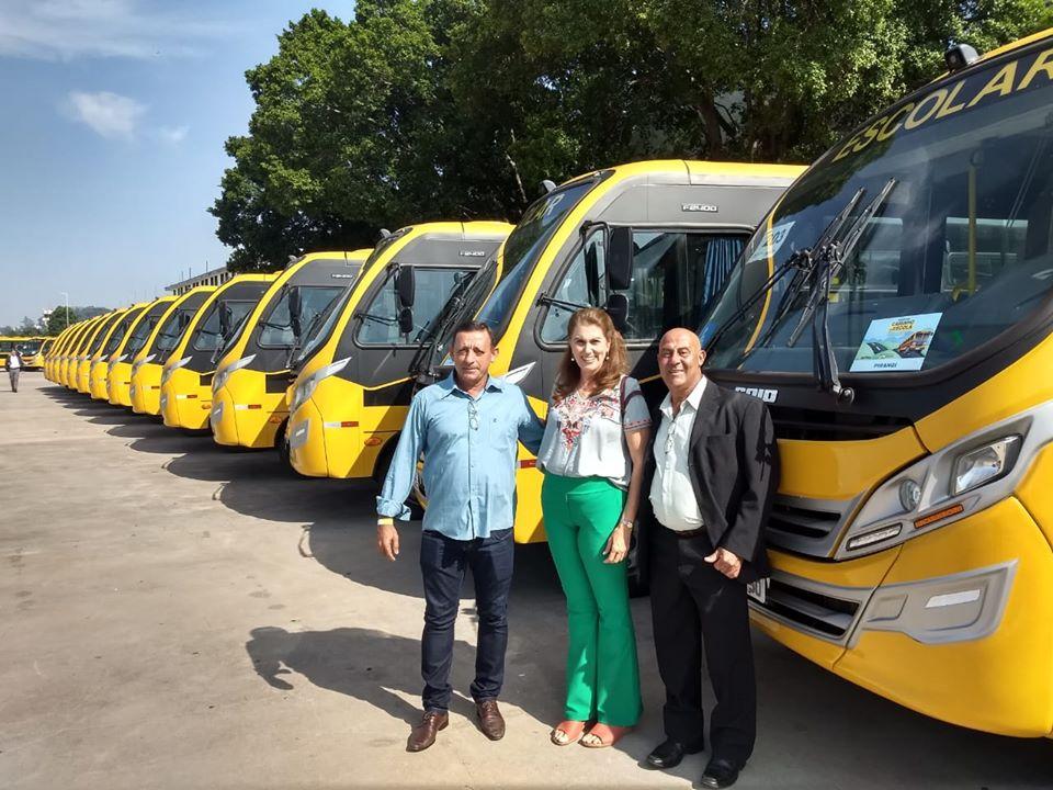 Monte Azul Paulista recebe dois ônibus escolares do MEC
