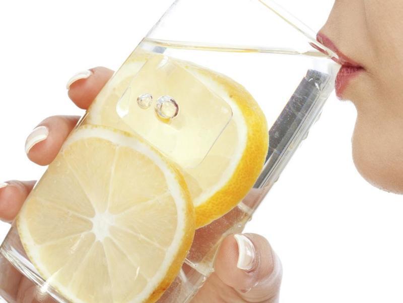 أهم فوائد شرب الماء والليمون الدافئ على ريق وقبل النوم