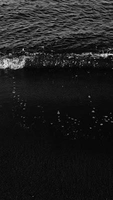 موج البحر شكله تحفة خلفية سوداء