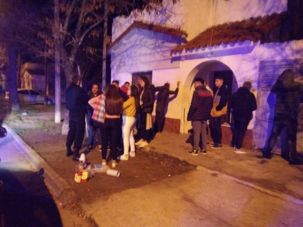Unos 40 imputados por asistir a una fiesta ilegal en Mendoza