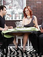 Mujer trae a cenar al peor enemigo de su marido y se lo folla delante de el xXx (2014)