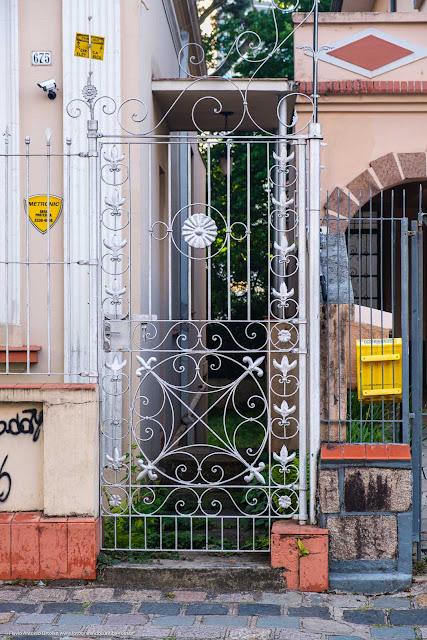 Casa na Av. João Gualberto que é Unidade de Interesse de Preservação - portão