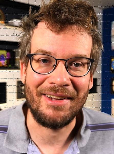 Foto de John Green con lentes en una habitacion
