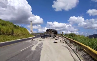 Caminhão carregado com cimento capota em Conquista e motorista sai ileso
