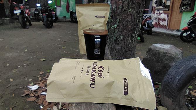 Membeli dua bungkus kopi Dudakawu Jepara