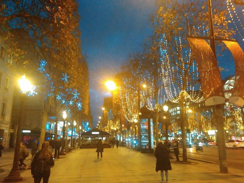 Avenida Champs-Élysées iluminada para o Natal