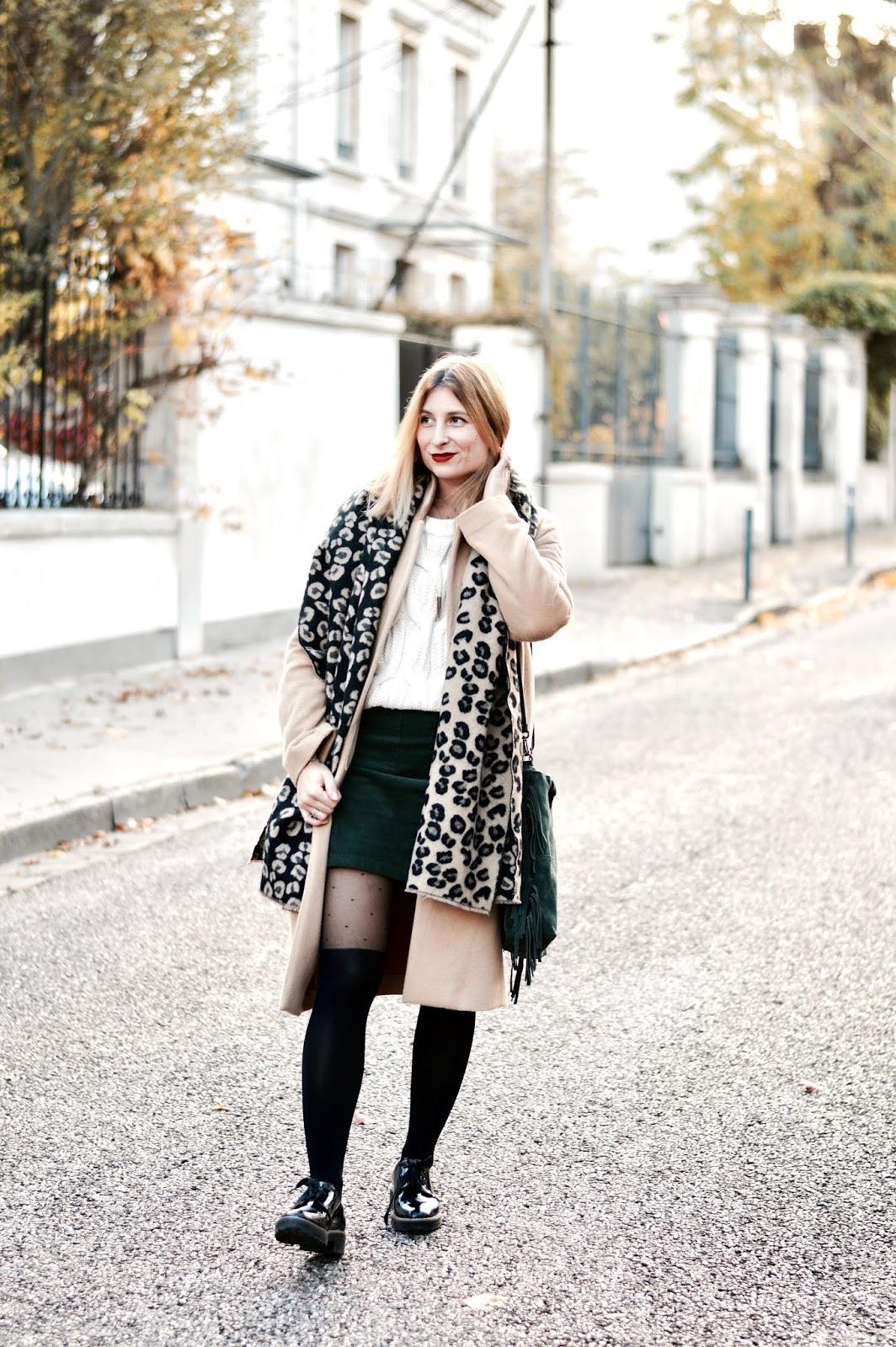 Look femme automne : grosse maille - jupe velours côtelé - manteau long beige - écharpe leopard