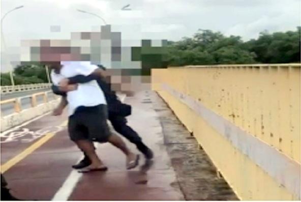 Vídeo mostra policiais salvando homem que tentava suicídio em Aracaju