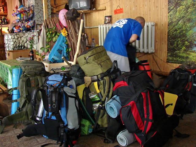 Магазин в Маняве и наши рюкзаки