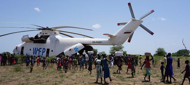 Un helicóptero del Programa Mundial de Alimentos (PMA) entregando suministros a la población de Udier, en Sudán del Sur. UNICEF/Peter Martell