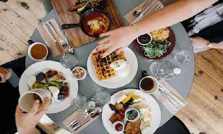 Hindari Jenis Makanan Ini untuk Cegah Kenaikan Berat Badan Saat Puasa