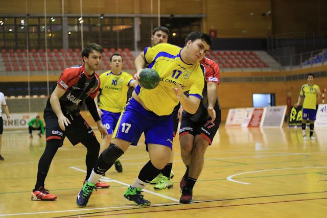 Balonmano | El Barakaldo remonta, logra cuatro goles de ventaja, pero se deja un punto al final