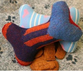 http://www.todomanualidades.net/2013/09/como-hacer-juguetes-para-perros-reciclando-ropa-vieja/