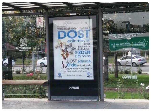 Retiran carteles racistas en paradas de Turquia