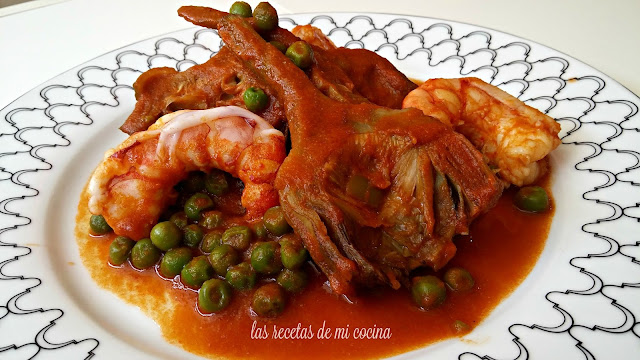 Alcachofas con guisantes y gambones en salsa roja