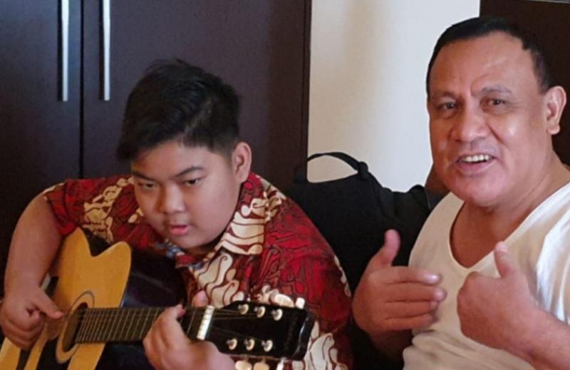 Kenakan Kaos dan Diiringi Gitar Sang Putera, Firli Bahuri  Menyanyi Lagu Sewu Kuto