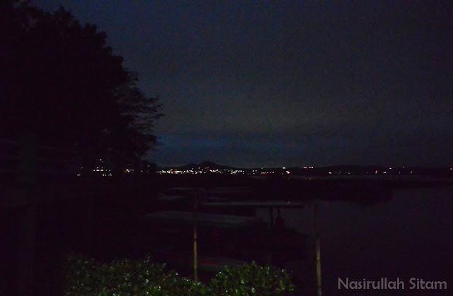 Masih amatiran, kala belum tahu mengatur kamera saat memotret pada malam hari
