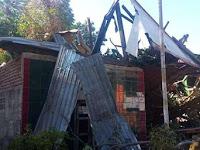 Sedang Tidur Siang, Pohon Sukun Rubuh Timpa Rumah Warga Di Pulau Sarappo Lompo