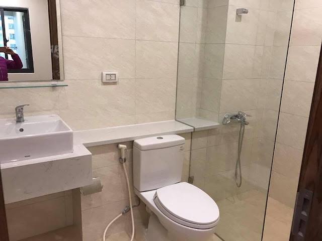 Trang thiết bị vệ sinh được hoàn thiện bên trong căn hộ thực tế bàn giao