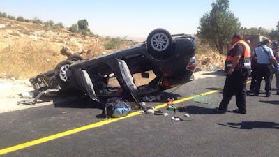 Un israelí murió y otros tres resultaron heridos el viernes después de su coche se estrelló como resultado de los disparos cerca de Hebrón. Las víctimas son todos dice que son miembros de la misma familia.