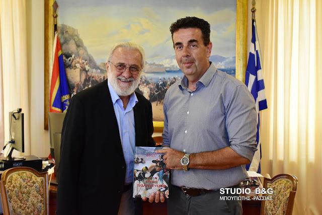 Συνάντηση του μεγάλου Έλληνα σκηνοθέτη Γιάννη Σμαραγδή με τον Δήμαρχο Ναυπλιέων Δ. Κωστούρο (βίντεο)
