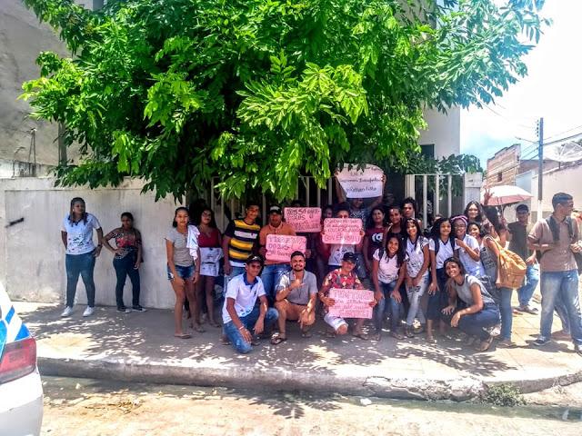 Em Pão de Açúcar, estudantes da rede estadual de ensino protestam  por transporte escolar