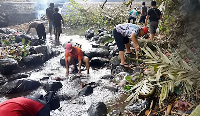Komuntas bersihkan sungai