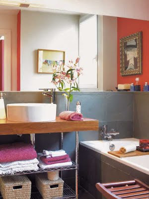 Como decorar y distribuir un cuarto de ba o peque o for Estanteria bajo lavabo