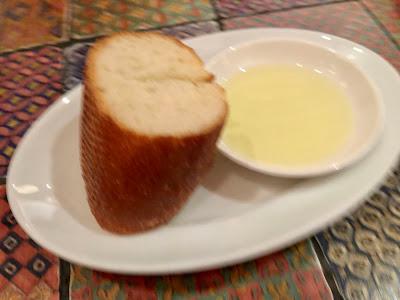 お通しのパンは食べ放題