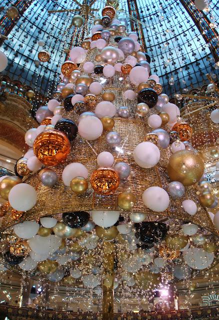 Paris  sapin cosmique des Galeries Lafayette