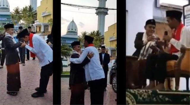 Ustadz Abdul Somad Cium tangan KH Abdullah Sahal