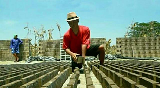 Petani subang cetak batu bata