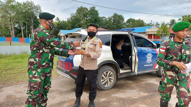 Satgas TNI Yonif 756 WMS Bagikan Takjil Untuk Berbuka Puasa di Kepi