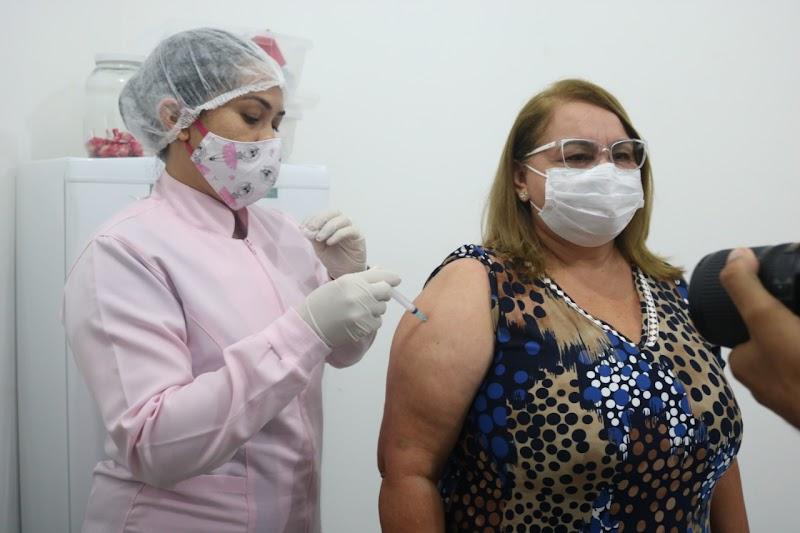 Prefeita de Lima Campos toma vacina e diz que sonha com o dia em que todas as pessoas sejam vacinadas.
