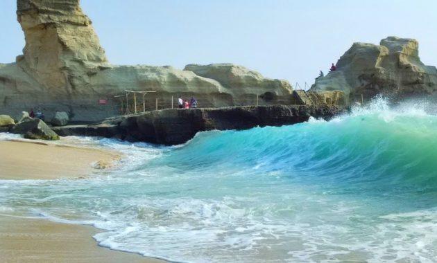 Ombak Tinggi Pantai Klayar Pacitan