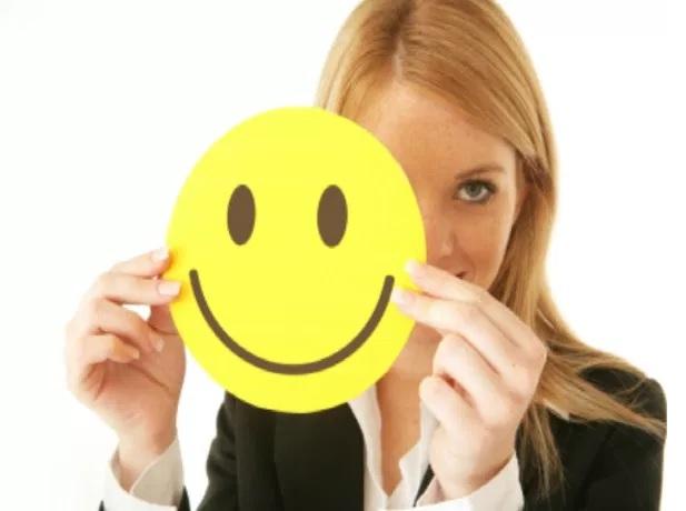 vajzë bjonde duke buzëqeshur