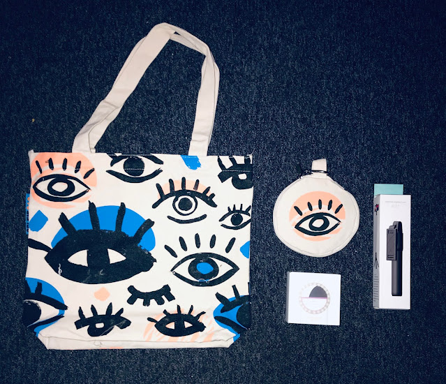 the Selfie Bag from Cotton Bag co with tripod, ring light and reflector