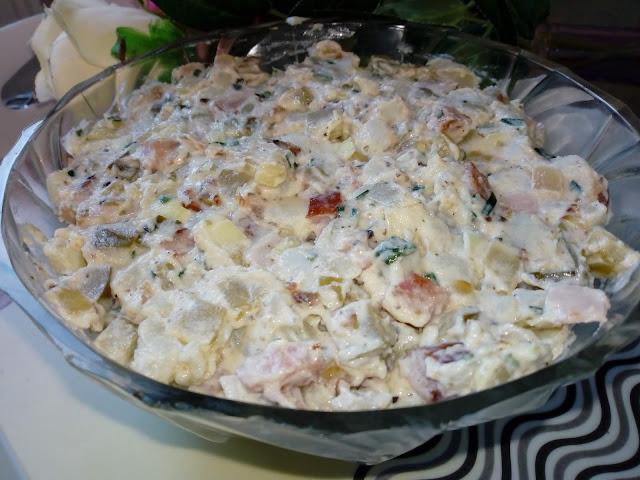 salatka ziemniaczana z kielbasa salatka z ziemniakow salatka ze smazona cebula i kielbasa salatka z ogorkami kiszonymi salatka grillowa