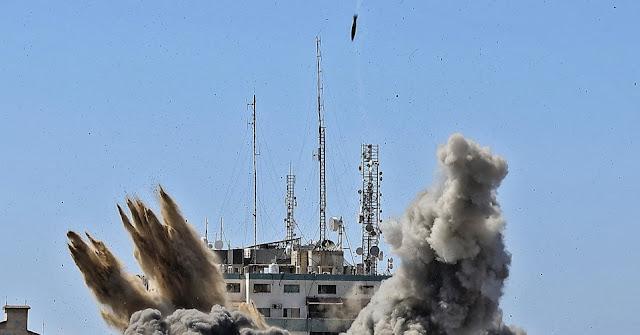 Bombe israeliane distruggono il centro media di Gaza; AP, Al-Jazeera, altri eliminati